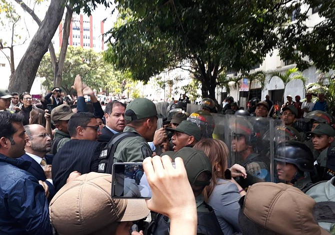 Militares atacaron a diputados y periodistas en el Parlamento de Venezuela