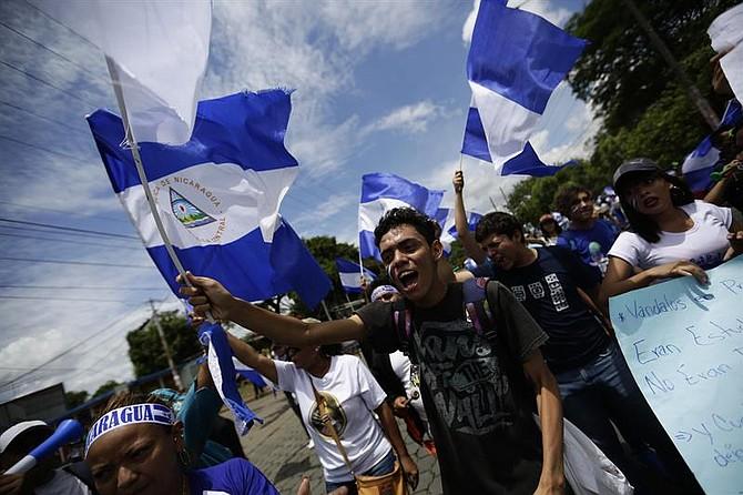 LATINOAMÉRICA. Grupo de manifestantes durante el inicio del diálogo en Nicaragua