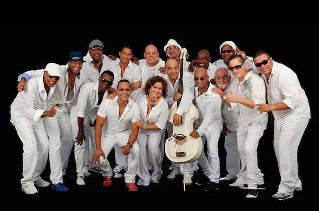 INFLUYENTE. Los Van Van es una de las bandas más importantes e influyentes en la historia de la música pop cubana de los siglos XX y XXI.