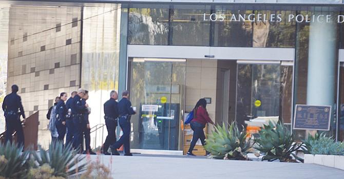 LOS ANGELES, CA.- Agentes reingresan al edificio del Departamento de Policía en la ciudad de Los Ángeles. Foto: Horacio Rentería/El Latino SD.