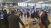 Protesta en el terminal C del aeropuerto Logan de Boston, por mejores salarios y para que acaben las quejas de acoso sexual por parte de empleados de aerolíneas