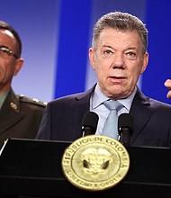 """COLOMBIA - El presidente de Colombia, Juan Manuel Santos (d), y el General Jorge Luis Vargas Valencia, director de Investigación Criminal e INTERPOL, realizan una declaración hoy, jueves 17 de mayo de 2018, en Bogotá. Santos acusó a su homólogo venezolano, Nicolás Maduro, de pagar a ciudadanos colombianos para que obtengan una cédula de ese país y voten en las elecciones de este domingo en las que se elegirá al jefe de Estado. """"Por fuentes de inteligencia confiables, tenemos conocimiento de un plan del régimen de Maduro, en marcha desde finales del año pasado, para cedular y trasladar ciudadanos colombianos para que voten el próximo domingo 20 de mayo"""", dijo Santos en la declaración."""