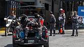VENEZUELA - Agentes de seguridad resguardan la sede del Servicio Bolivariano de Inteligencia (Sebin), también conocida como Helicoide, el jueves 17 de mayo, en Caracas. La revuelta de un grupo de los considerados presos políticos venezolanos que arrancó el miércoles completó hoy su segundo día sin respuesta por parte de las autoridades, a las que exigen justicia y atender sus denuncias sobre presuntos malos tratos.