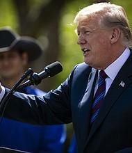 El presidente Donald Trump habla durante un evento sobre política tributaria en el Rose Garden de la Casa Blanca en Washington, D.C., el 12 de abril de 2018.