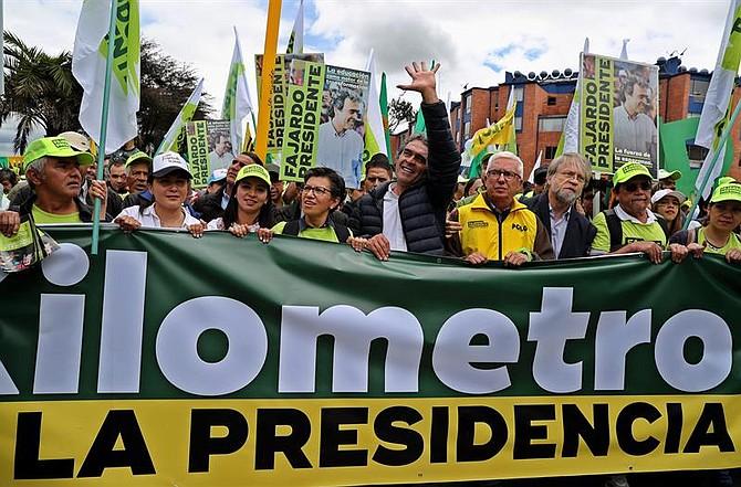 COLOMBIA. Candidato Sergio Fajardo en una caminata en Bogotá