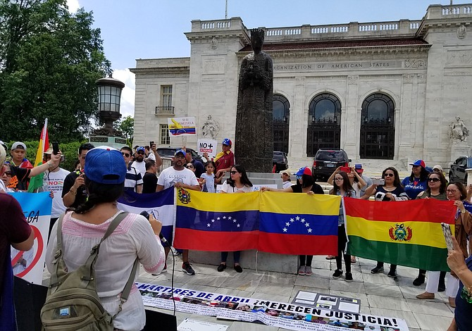 Venezolanos protestan frente a la sede de la OEA en Washington DC