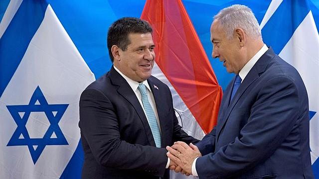 ISRAEL - El primer ministro israelí, Benjamin Netanyahu (d), recibe al presidente de Paraguay, Horacio Cartes, durante su reunión en Jerusalén (Israel), hoy, 21 de mayo de 2018. Cartes inauguró hoy la embajada de su país en Jerusalén, convirtiéndose en el tercer país en hacer efectiva esta controvertida decisión, que encabezó EE.UU. la semana pasada.