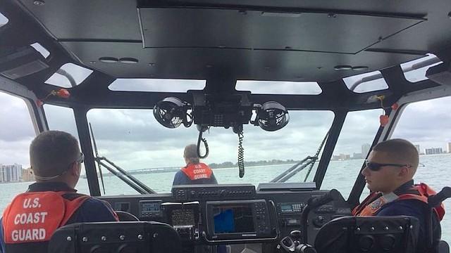 EEUU. Embarcación de la Guardia Costera realizando operaciones de búsqueda en el sur de la Florida.