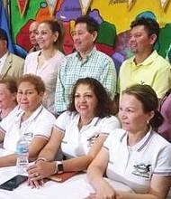 REUNIÓN. Unidos, los salvadoreños discutieron cómo recaudar fondos y otras iniciativas para ayudar a sus compratiotas en las zonas afectadas por los desastres naturales.