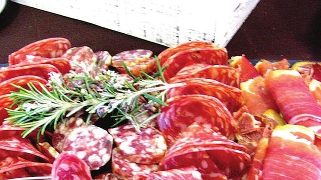 CARNES. Muy apreciada por consimudores alrededor del mundo, la charcuteria es esencialmente de carne de cerdo, pero se puede encontrar igualmente de carne de caza o aves de corral.