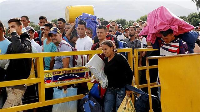 CÚCUTA - Ciudadanos venezolanos cruzan el puente internacional Simón Bolívar, desde Venezuela hacía Colombia, el jueves 17 de Mayo de 2018, en Cúcuta (Colombia). A tres días de las elecciones presidenciales en Venezuela una multitud de ciudadanos de ese país cruza por Cúcuta hacia Colombia, muchos de ellos con sus enseres a cuestas, en busca de víveres antes del cierre fronterizo programado para este viernes. Los cruces fronterizos del departamento colombiano de Norte de Santander, principal conexión con Venezuela, son testigos de la odisea de las cerca de 50.000 personas que entran y salen de ese país a diario por estas fechas, unos 15.000 más de lo habitual.