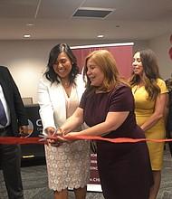 INAUGURACIÓN. Isabel Sánchez (izq.) es la encargada de la oficina de CHIRLA en DC. Aquí aparece cortando la cinta inaugural con Angélica Salas.