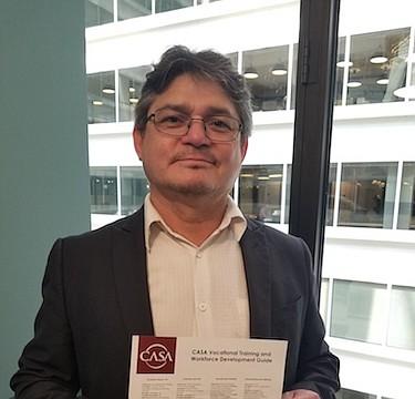 EMPLEOS. Lindolfo Carballo muestra la lista de talleres vocacionales que organiza CASA y nos dice que tienen más empleos disponibles que trabajadores aplicando.