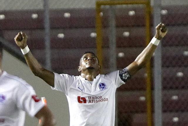 HONDUREÑO. Carlo Costly de Olimpia celebra un gol durante un partido de semifinales de la Liga Concacaf en Ciudad de Panamá.