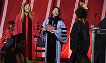 La Secretaria de Trabajo y Desarrollo de la Fuerza de Trabajo de Massachusetts, Rosalin Acosta y la Presidenta de Bunker Hill Community College, Pam Eddinger.