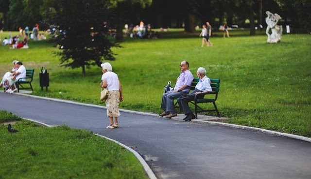 Hay muchas preguntas sobre estas alianzas no convencionales. ¿Qué efectos tendrán en la salud y el bienestar de los adultos mayores?