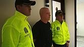 """COLOMBIA. Fotografía cedida por la Fiscalía de Colombia que muestra a Jhon Jairo Velásquez Vásquez alias """"Popeye"""" mientras es escoltado por dos policías colombianos, tras ser capturado."""