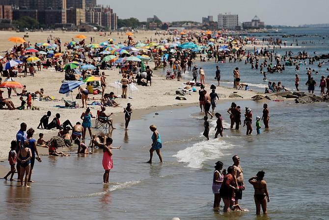 NYC. Varias personas disfrutando del verano en Coney Island, Brooklyn, New York.