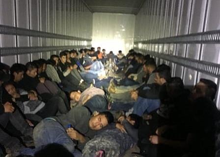 Descubren en Texas 39 inmigrantes escondidos en condiciones extremas