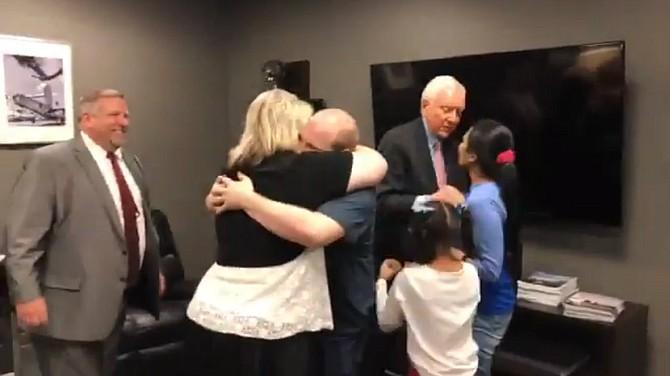 Joshua Holt se reencuentra con su familia.