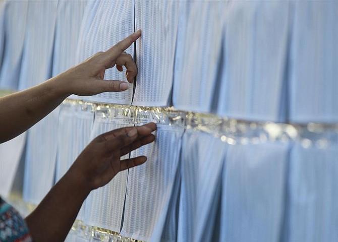 COLOMBIA - Ciudadanos buscan sus mesas de votación hoy, domingo 27 de mayo de 2018, en un colegio electoral de Cali (Colombia). Los colegios electorales de Colombia abrieron hoy a las 8.00 hora local (13.00 GMT) para los comicios en los que se elegirá entre seis candidatos al nuevo presidente del país para el periodo 2018-2022.