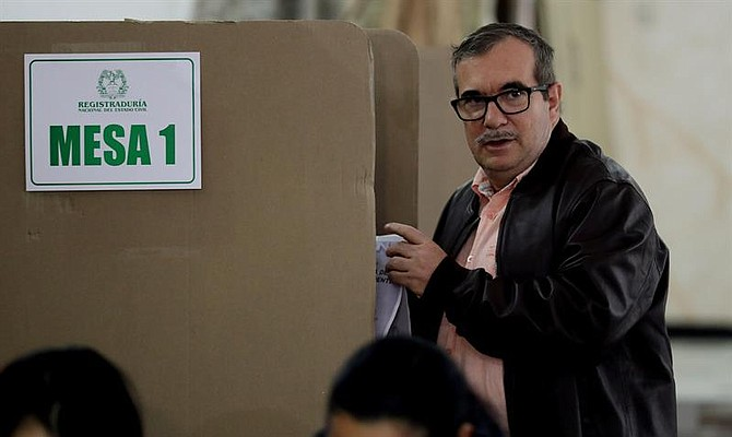 COLOMBIA - El integrante del partido Fuerza Alternativa Revolucionaria del Común (FARC), Rodrigo Londoño, vota hoy, domingo 27 de mayo de 2018, en un colegio electoral de Bogotá (Colombia). Los colegios electorales de Colombia abrieron hoy a las 8.00 hora local (13.00 GMT) para los comicios en los que se elegirá entre seis candidatos al nuevo presidente del país para el periodo 2018-2022.