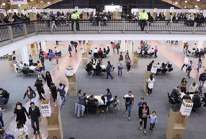 COLOMBIA - Ciudadanos acuden a votar a Corferias, el colegio electoral más grande del país, hoy, domingo 27 de mayo de 2018, durante la primera ronda de las elecciones presidenciales, en Bogotá (Colombia). El país elige entre seis candidatos a su próximo mandatario para el período 2018-2022.