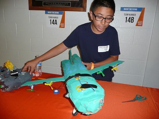 PROYECTO. Ismael Arévalo con su proyecto de limpiar las aguas de los océanos con la ayuda de un helicóptero y submarino.