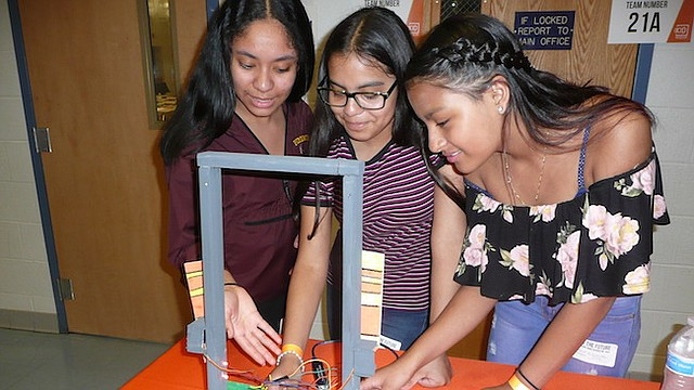 """FUTURO. Melissa Alvarado, Vilma Martínez y Ericka con su Puerta """"Caminando a un futuro mejor"""". Incluyeron en su proyecto madera, cartón, circuitos eléctricos y computación."""