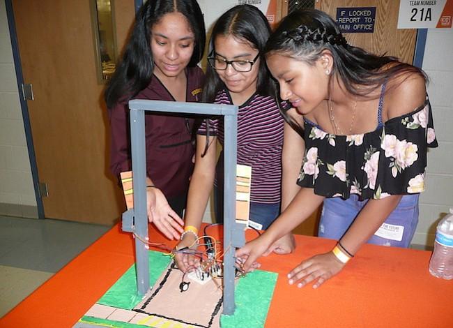 Estudiantes latinos de Montgomery también juegan a inventar