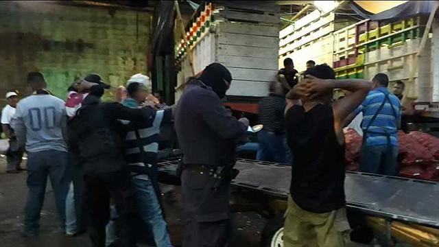 ELSALVADOR. Desde tempranas horas de la mañana la policía revisó las instalaciones del mercado La Tiendona.