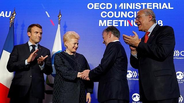 FRANCIA - El presidente colombiano, Juan Manuel Santos Calderón (2-d), junto al secretario general de la Organización para la Cooperación y el Desarrollo Económico (OCDE), Ángel Gurría (d); la presidenta lituana, Dalia Grybauskaite (2i), y el presidente francés, Emmanuel Macron, durante la reunión del Consejo Ministerial de la OCDE celebrada en la sede de la organización en París (Francia), hoy, 30 de mayo de 2018. Santos formalizó hoy en París la entrada de su país en la OCDE, con la firma del acuerdo de adhesión junto al mexicano Ángel Gurría.