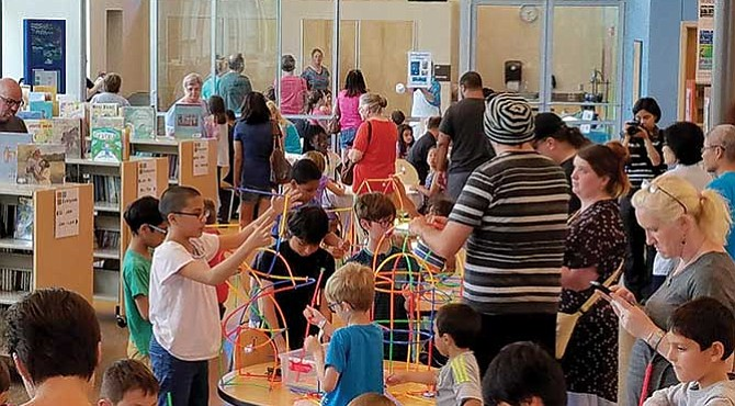 'Maker Pfest'. Evento organizado por la Biblioteca Pública de Pflugerville.