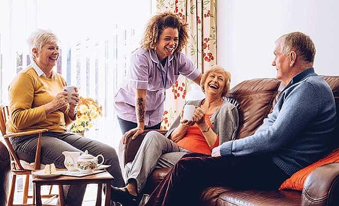 'Millenials' latinos optan por cuidar ancianos
