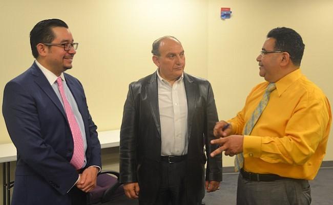 CÁMARA. El vicepresidente de la filial de empresarios Roberto López, conversando con miembros de su organización.