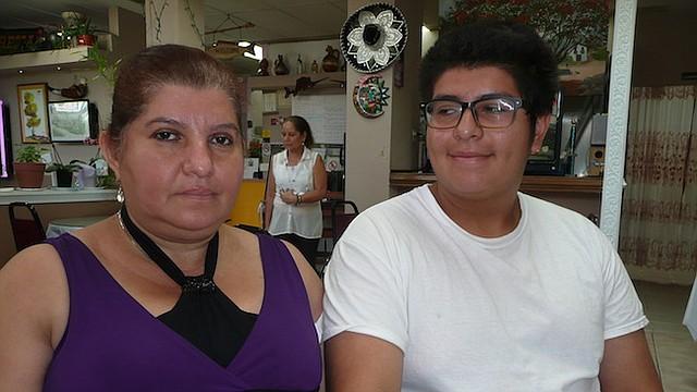 HISTORIA. Leana Bermúdez y su hijo Jason comparten una historia de violencia doméstica, intento de suicidio y también de resistencia y esperanzas.