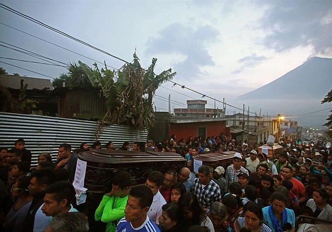 Aumentan a 72 los muertos en Guatemala por la erupción del volcán de Fuego