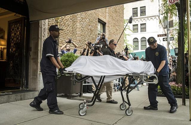 NYC- Polícia de Nueva York retira el cuerpo de la diseñadora.