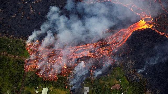 NATURALEZA. Vista de la erupción de la zona de ruptura del este de Kilauea, en Hawái, el 31 de mayo