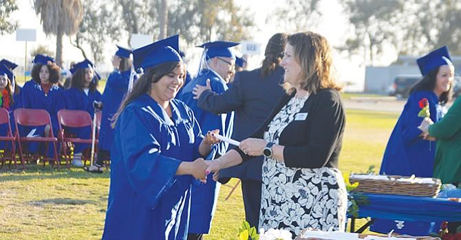 Una joven recibe su certificado simbólico durante la ceremonia de graduación de Montgomery Adult School. Foto: Horacio Rentería/El Latino SD.