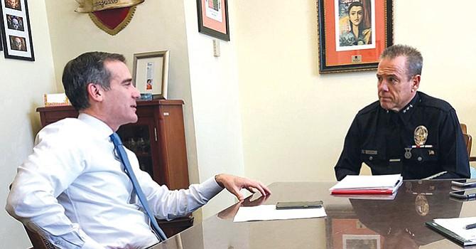 El alcalde Eric Garcetti en charla con el nuevo Jefe de Policía, Michael Moore. Foto-Cortesía: @mayor of LA (Twitter).