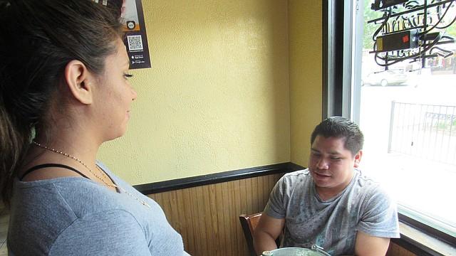 MESERA. Gloria, una mesera en un restaurante latino, está a la expectativa de un cambio en la forma de pago.   FOTO: MILAGROS MELÉNDEZ PARA ETL