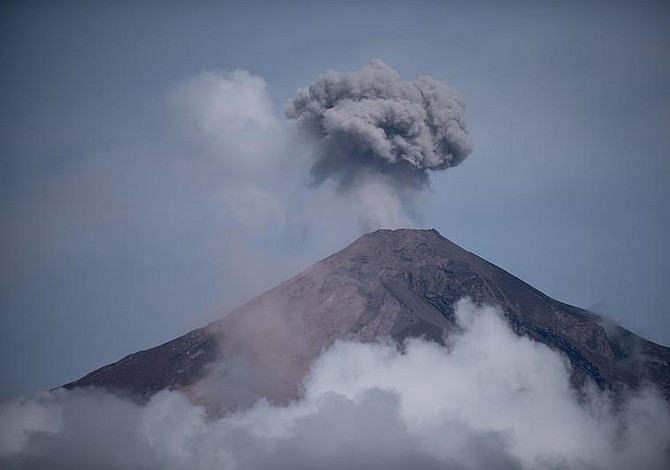 Organizaciones locales recolectan insumos para afectados por erupción volcánica en Guatemala
