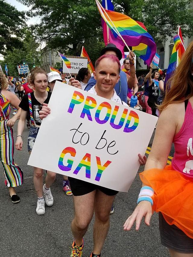 """D.C. """"Orgulloso de ser gay"""", se lee en la pancarta de un ciudadano"""