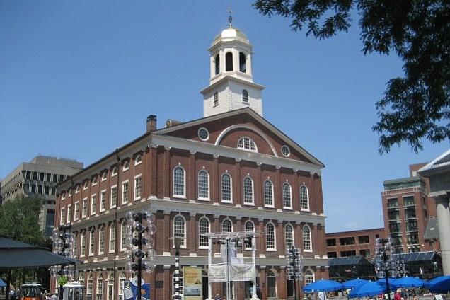 El histórico Faneuil Hall podría cambiar de nombre