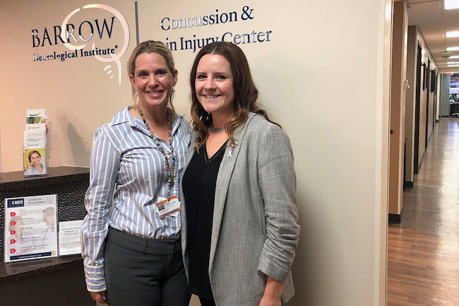 La trabajadora social Ashley Bridwell (izq.) y la doctora Glynnis Zieman lideran lo que ellas definen como el primer programa en el país dedicado a tratar traumatismos cerebrales en sobrevivientes de violencia doméstica.