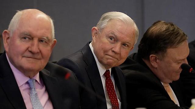 EE.UU. El fiscal general de los Estados Unidos, Jeff Sessions, y el secretario de Agricultura, Sonny Perdue en una reunión con el presidente estadounidense, Donald J. Trump en la Agencia Federal