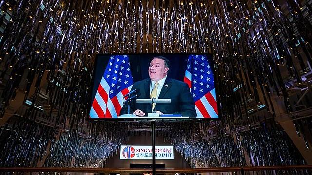 """SINGAPUR - Una pantalla retransmite la rueda de prensa del secretario de Estado de EE.UU., Mike Pompeo, en el hotel J.W. Marriott de Sinagpur, 11 de junio de 2018. Las negociaciones entre Estados Unidos y Corea del Norte para preparar la agenda de la cumbre de este martes entre el presidente estadounidense, Donald Trump, y el líder norcoreano, Kim Jong-un, avanzan """"muy rápidamente"""", aseguró hoy el secretario de Estado de EEUU, Mike Pompeo."""