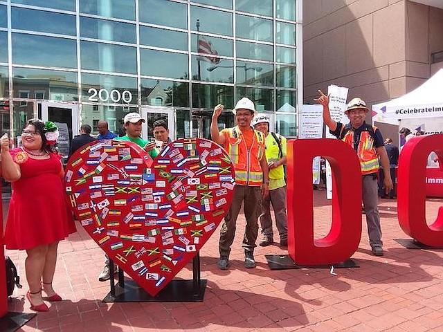 LATINOS. Trabajadores latinos de la construcción acudieron a poner su banderita y sus mensajes de esperanza.