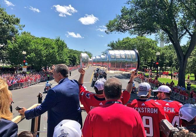 Fanáticos de los Capitals celebran triunfo en la Copa Stanley en Washington